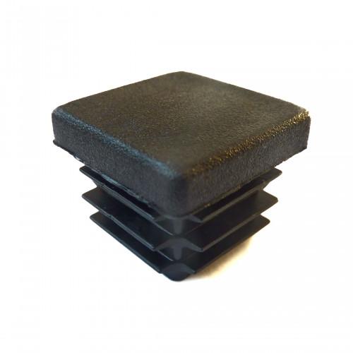 Плоская пластиковая заглушка сечением 25х25 мм.